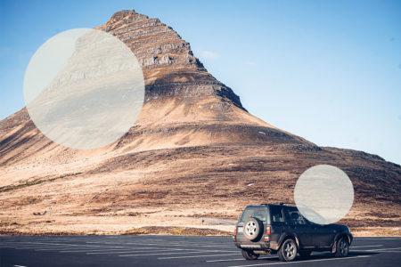 Auto vor dem Berg Kirkjufell in Island - Island Individualreisen
