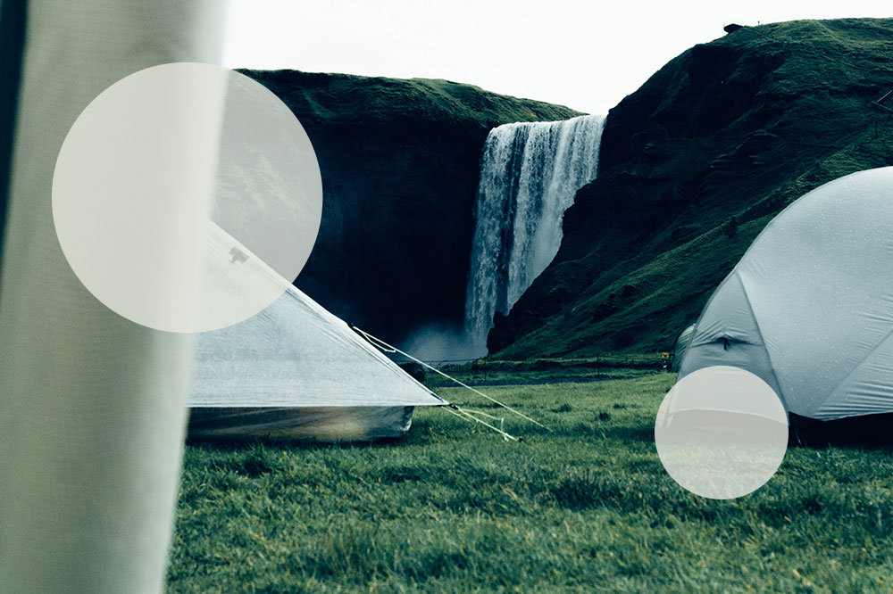 Camping in Island: Blick aus dem Zelt auf Skógafoss
